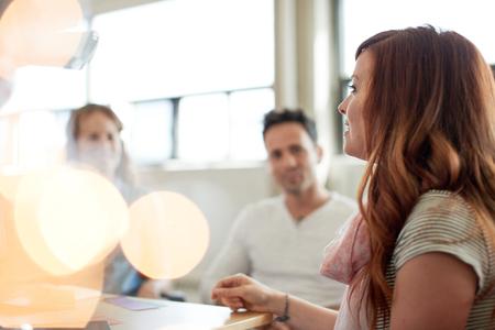 Candid beeld van een bedrijf team samenwerkende. serie gefilterd met lichtkogels, bokeh en warme zonnige tinten. Stockfoto