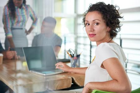 amigas conversando: Creativa corrió mixta mujer de negocios líder del equipo hes en una conversación amistosa sobre su próximo proyecto de la agencia