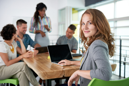 Kreacja blond businesswoman prowadząc zespół hes w przyjaznej rozmowy o swoim następnym projekcie agencji