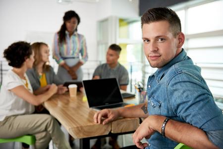 amigas conversando: Negocios creativos milenaria llevando a su equipo en una conversación amistosa sobre su próximo proyecto de la agencia