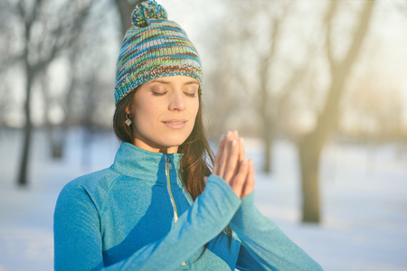 穏やかな女性がリラックス瞑想ヨガのポーズをやって 写真素材
