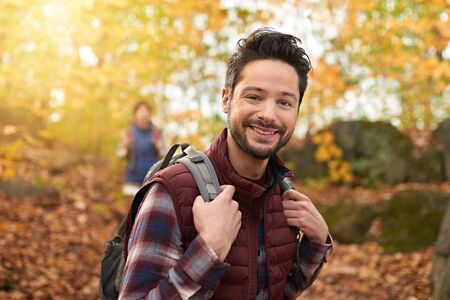 Attractive caucasian couple hiking through the forest in the fall in Canada 版權商用圖片 - 128242808