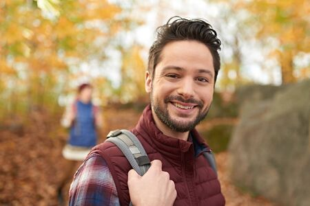 Attractive caucasian couple hiking through the forest in the fall in Canada 版權商用圖片 - 128242809