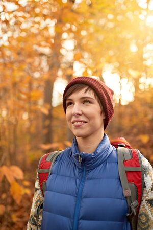 Attractive caucasian girl hiking through the forest in the fall in Canada 版權商用圖片