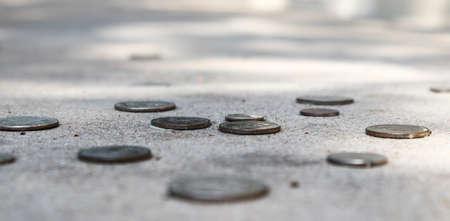 歩道で硬貨の目の高さ