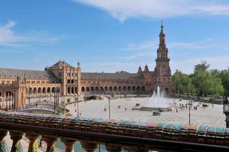 Sewilla, Hiszpania-4 kwietnia 2015: Plaza de Espana Hiszpania Square znajduje się w parku Parque de Mara Luisa Maria Luisa w Sewilli. Jest to punkt orientacyjny zaprojektowany przez Anebala Gonzáleza i trzeba go zobaczyć podczas wizyty w Sewilli.