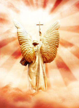 Dios el ángel con la cruz en el cielo