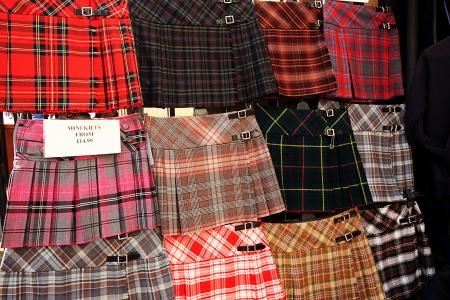 highlander: Kilts escoceses que se exhiben fuera de la tienda en Edimburgo, Escocia