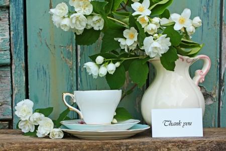 dank u: Jasmijn bloemen, theekopje, en dank je kaart Stockfoto