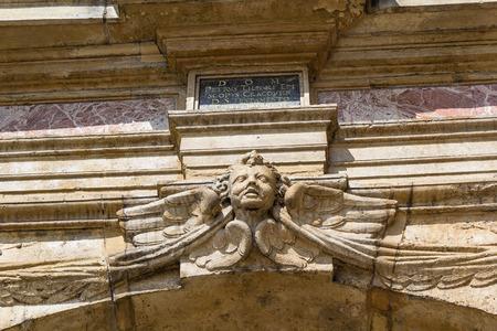 Een engel, het hoofd in de muur van de oude kerk Stockfoto