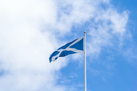scottish flag: bandiera scozzese contro il cielo blu Archivio Fotografico