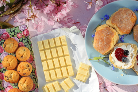 scones: Romantic fresh breakfast with scottish scones and white chocolate in the garden