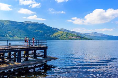 ロワーデナン、スコットランド、英国の夏のローモンド湖