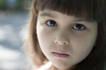 yeux tristes: Fille avec des yeux tristes