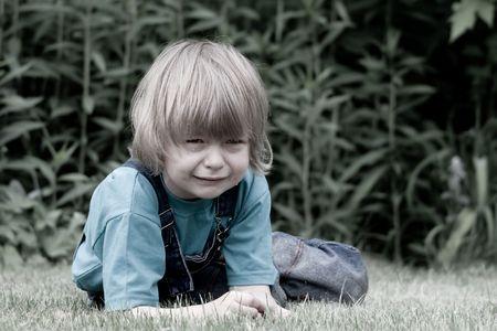 芝生の上で泣いている子 写真素材 - 5477957