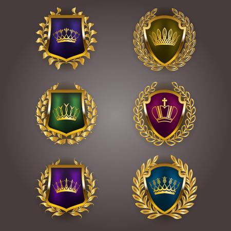 escudo: Conjunto de lujo del vector escudos de oro con coronas de laurel, coronas. Emblema heráldico Real, iconos, etiqueta, tarjeta de identificación, blasón para web, diseño de páginas. Ilustración del vector EPS 10.