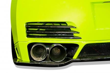 tubo de escape de um carro verde close-up retocada no fundo branco Banco de Imagens