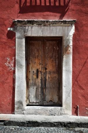 casa colonial: Frente de una antigua casa mexicana - puerta de estilo colonial Foto de archivo