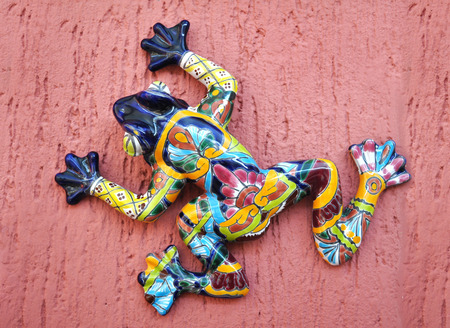 Frog - toad  ceramic decoration on a pink wall in San Miguel de Allende Mexico  스톡 콘텐츠