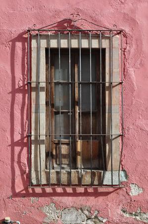 casa colonial: Fachada de una casa antigua - la ventana de estilo colonial
