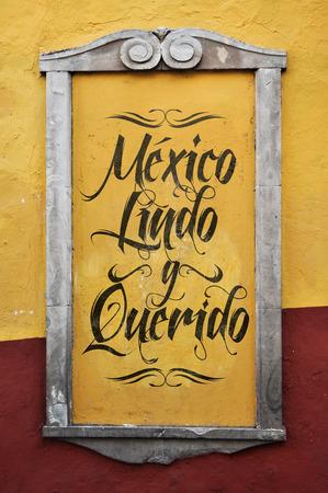 frame on wall: Mexico Lindo y Querido - Messico bello e amato testo in lingua spagnola, graffiti in una cornice coloniale - parete