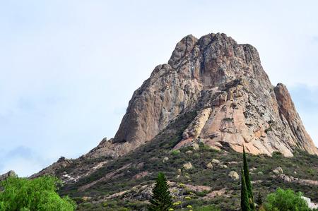 ベルナル ケレタロ州にあるメキシコ最大の一枚岩は、ペーニャ ・ デ ・ ベルナル ベルナル ボルダー 写真素材