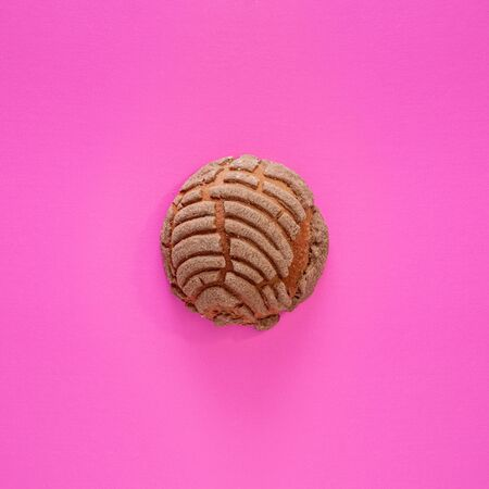 Concha Bread, Mexican Sweet Scone on Pink Surface. Stockfoto