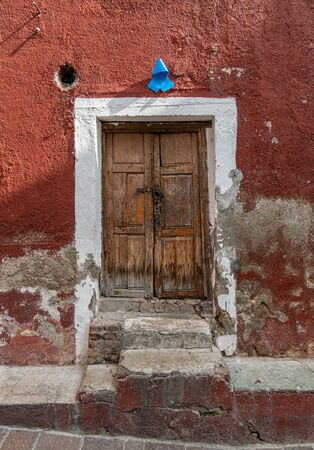 Colonial style Mexican old wooden door in San Miguel Allende Mexico Stockfoto
