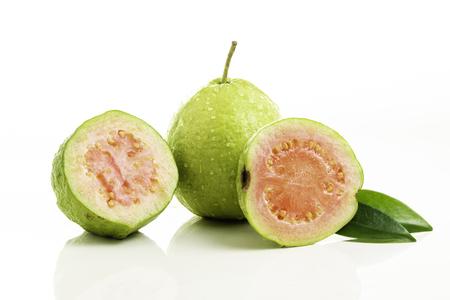 Rote Guave geschnitten auf weißem Hintergrund.