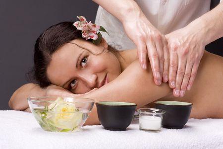 Un bon massage - smiling face. Portrait d'une jeune et jolie fille d'obtenir un massage au spa salon Banque d'images