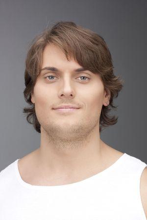 uomo alto: Un uomo alto in una t-shirt bianca