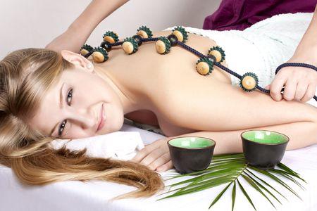 circolazione: bella ragazza sulle procedure di massaggio
