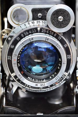 Krasnogorivka, Oblast Donezk, Ukraine - 12. Mai 2013: Das Objektiv der fotografischen Kamera Moskva-5 - sowjetische Mittelformatkamera mit Entfernungsmesser, hergestellt von KMZ, 1956 - 1960er Jahre. Editorial