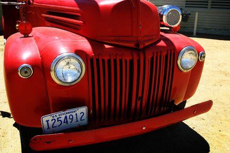 camion pompier: Vieux camion de pompiers rouge Banque d'images