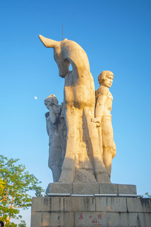 Park on a high mountain in China, Hart turned his head. high statue of a girl with a boyfriend. a national legend. Asia