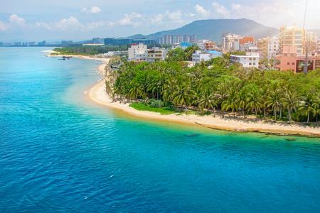 schöne Aussicht auf die Lagune mit weißem Sand und Palmen, türkisfarbenem Meer. Ausblick von Oben. Affeninsel