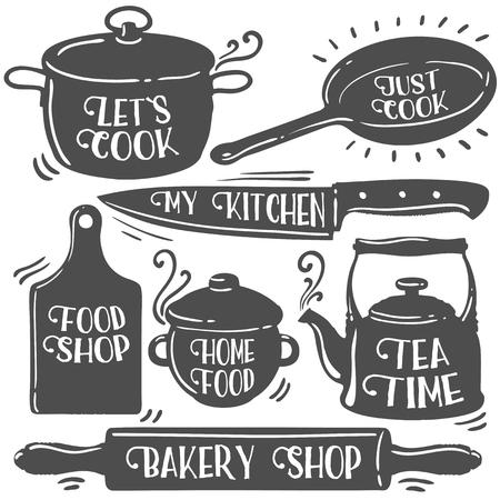 Strumenti della cucina correlate di tipografia. negozio di panetteria, L'ora del tè, Let`s cuoco, cibo fatto in casa, negozio di alimentari, la mia cucina, basta cucinare. Citazioni di cucina. Retro annata di raccolta illustrazione vettoriale. Nero su bianco