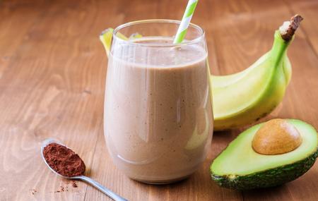 Gesunde Schokolade Avocado Banane Smoothie auf hölzernen Hintergrund