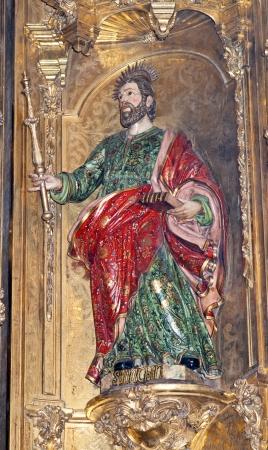 retablo: Imagen de madera tallada pertenece al retablo barroco de la iglesia de San Jorge en Tudela, Navarra Foto de archivo