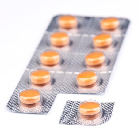 blister: pillen van de geneeskunde in blister, geïsoleerd op wit