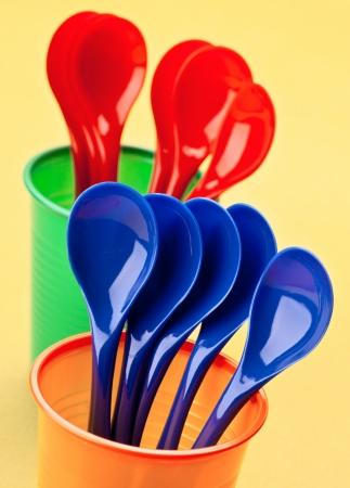 reciclable: cucharas y vasos reciclables, coloridos Foto de archivo