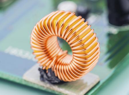 magnetismo: micro-espiral montado sobre placa de circuito electrónico Foto de archivo