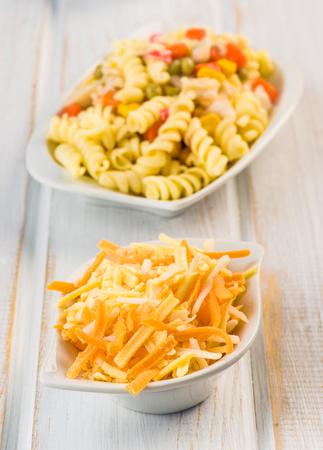 queso rayado: queso rallado y ensalada de pasta