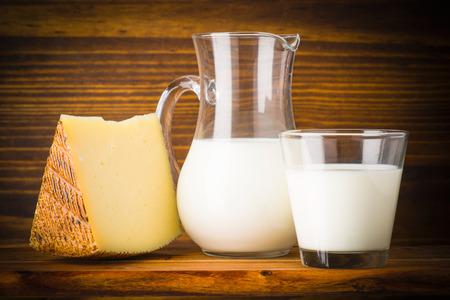 leche y derivados: los huevos y el queso de leche en la madera r�stica Foto de archivo