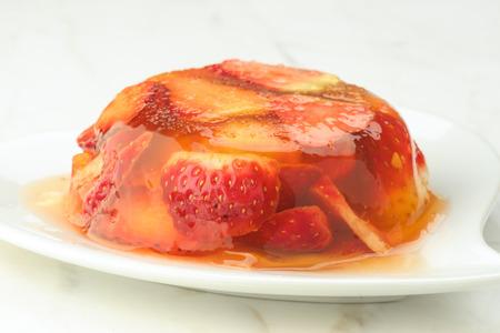 gelatina: postre de gelatina y fresas frescas en mármol blanco