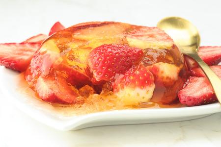 gelatina: postre de gelatina y fresas frescas en m�rmol blanco