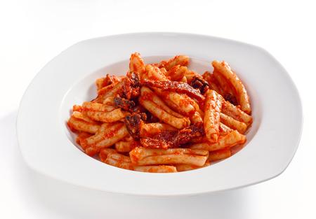 tallarin: plato de macarrones con salchichas