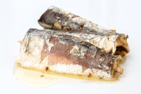 sardinas: sardinas marinadas en aceite de oliva directamente sobre el fondo blanco