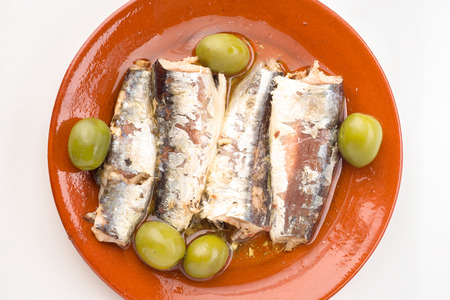 sardinas: sardinas marinadas en la placa de arcilla
