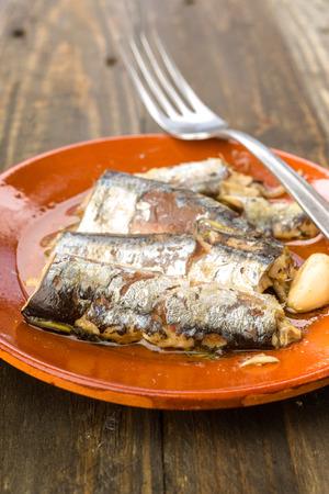 sardinas: sardinas aperitivo cazuela de barro en la madera r�stica Foto de archivo